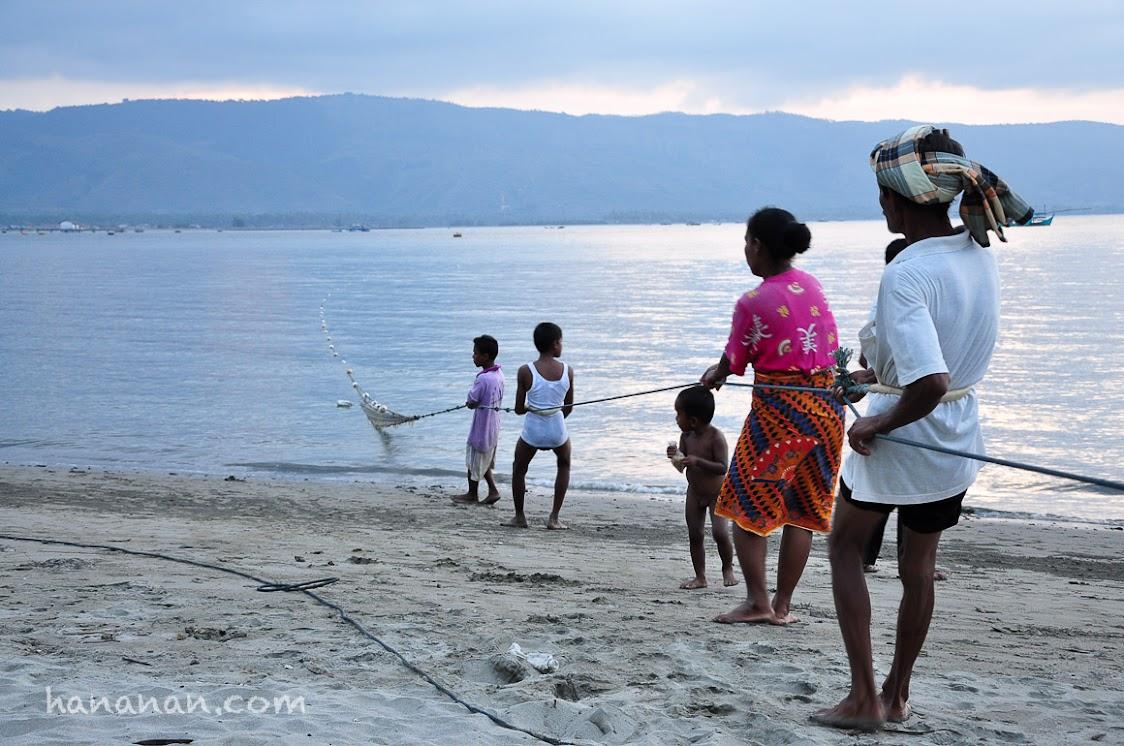Tarek pukat. Aktivitas turun menurun yang mulai berkurang di pesisir Aceh.