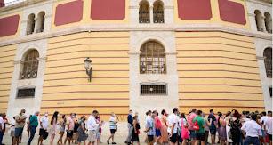 Los almerienses esperan para entrar en la Plaza de Toros