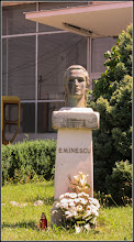 Photo: Piata 1 Decembrie 1918 - spatiu verde - portretul lui Mihai Eminesu - 2017.06.19