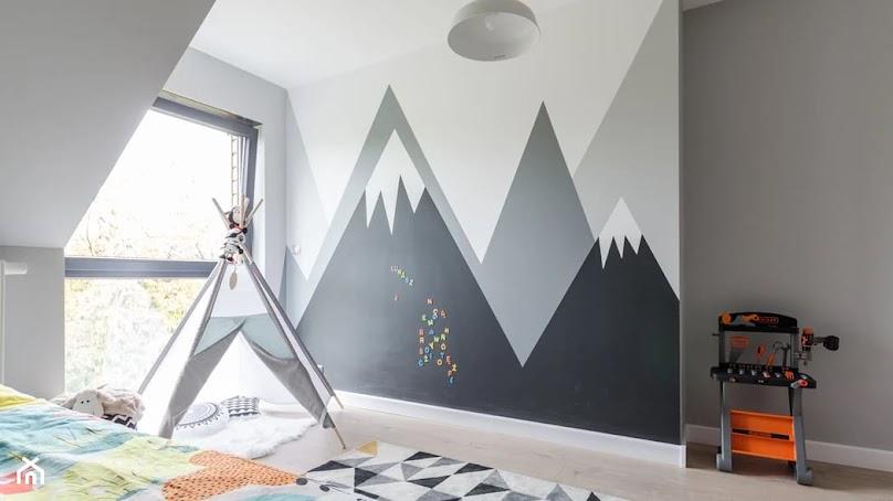 Artystyczna ściana z farbą tablicową
