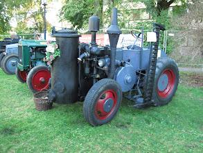 Photo: Lanz mit Holzvergaser und Mähwerk! Holzvergaser waren in der Zeit 1945 bis 1950 häufig bei allen möglichen Straßen- und Ackerfahrzeugen der Ersatz für Kraftstoff aus Erdöl.