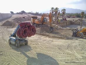 Photo: Fase de infraestructuras. Apertura de zanjas y tendido de canalizaciones.
