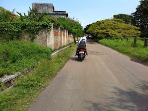 Photo: Las tres estudiantes en una moto que me guiaron hasta la mezquita.Banten (Java, Indonesia)