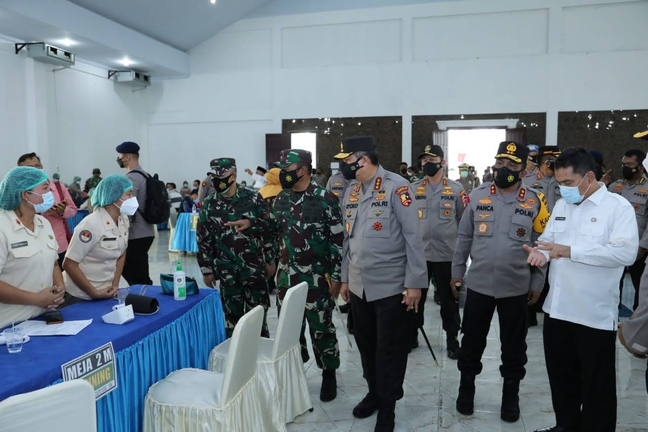 Kapolda Sumut dan Kalemdiklat Polri Tinjau Vaksinasi di Asrama Haji
