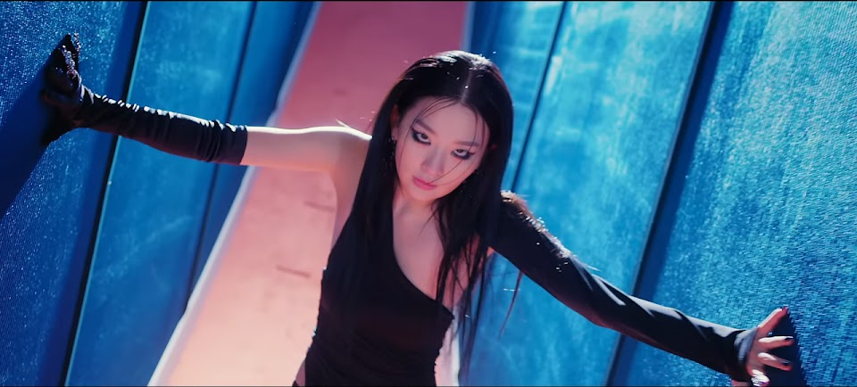 Red Velvet - IRENE & SEULGI 'Monster' MV 0-38 screenshot