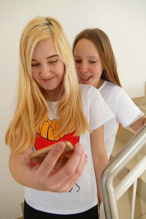 Ohne Smartphone never! Nina (vorn) und Stacy lieben es damit Selfis zu machen. Symbolfoto: Andreas Schwarze (asc)