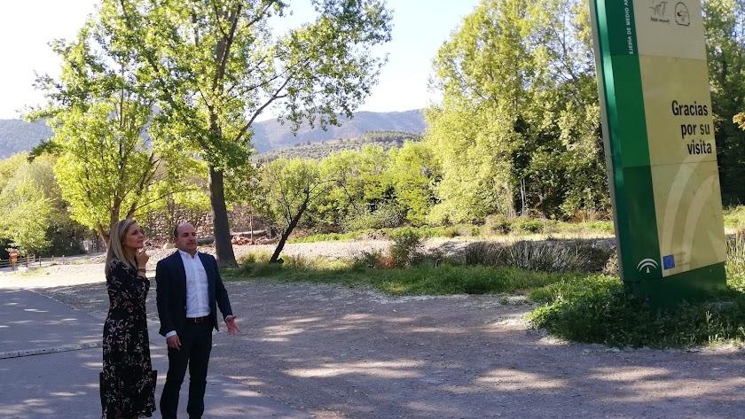 La delegada del Gobierno y el alcalde, durante la visita a Fondón.