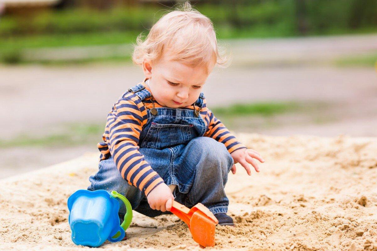 4 опасности детской песочницы: какие болезни может подхватить ребенок,  играя в песке | Мой Маленький Малыш | Яндекс Дзен