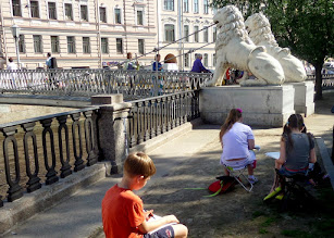 Photo: On the last day in St. Petersburg, we started by visiting Lion's Bridge where some students were sketching.  There are over 500 bridges in St. Petersburg.