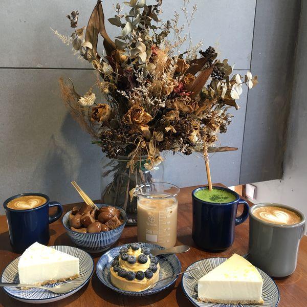 [ 彰化。員林 ] 樂居咖啡,在咖啡廳裡吃滷味 . 可以用量杯喝飲料的特色咖啡廳,現在重新整修變成室內環境更加舒適,環境窄小卻布置的有巧思 ( 員林 / 甜點 / 下午茶 / 咖啡 )