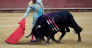 La muleta de Ponce parece, algunas veces, que tiene un poder mágico sobre el toro. El público almeriense reeditó un año más su acendrado poncismo.