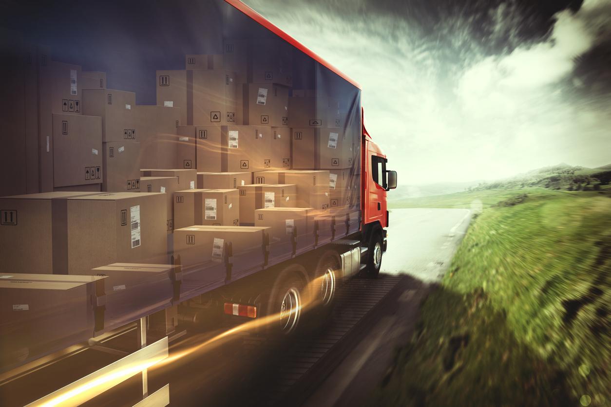 Caminhão vermelho transportando caixas