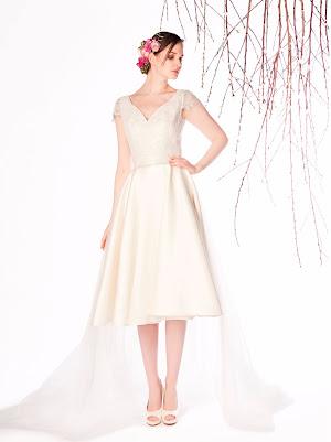 Robe de mariée Estrella, longueur genou, esprit rétro, col v et petites manches courtes, en dentelle perlée et mikado avec traîne amovible