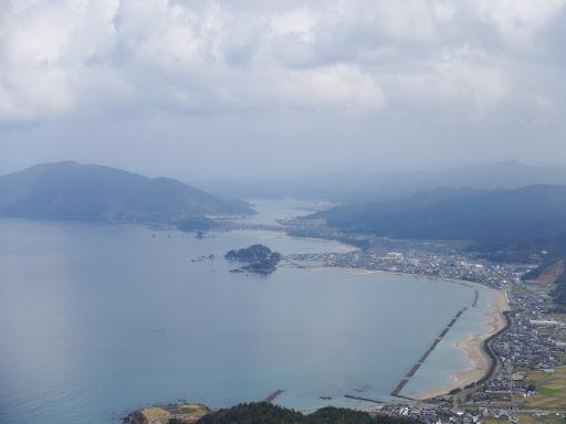 高浜海岸と大島半島(左)