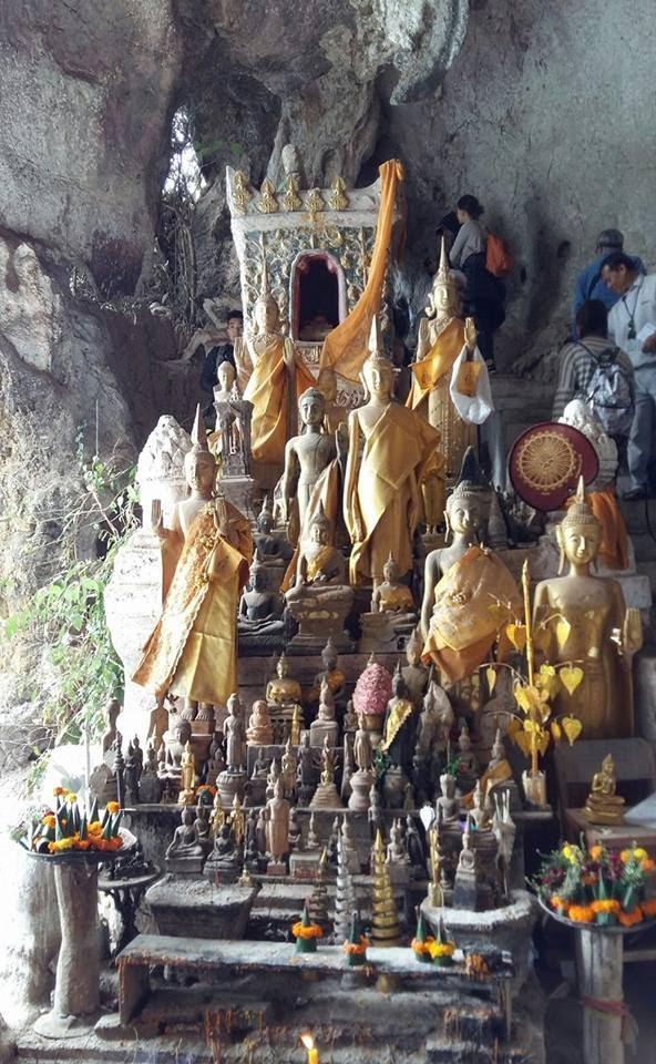 Hàng ngàn tượng Phật được cúng trong động Pak Ou .