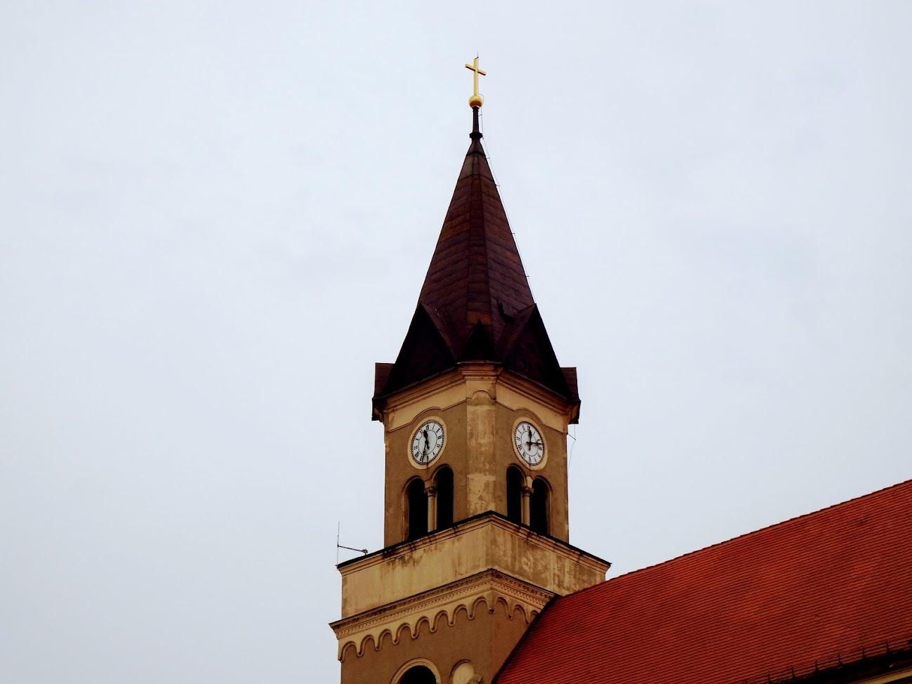 Mór/belváros, templomtorony - helyi URH-FM adóállomás