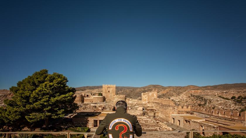 George Christie, expresidente del club motero, observa la Alcazaba de Almería.