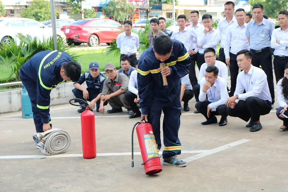 Cán bộ Phòng Cảnh sát PCCC&CNCH hướng dẫn cách sử dụng bình chữa cháy