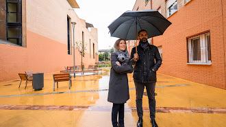 Fernández-Pacheco y Martínez Labella, bajo la lluvia en la calle Guadarrama.