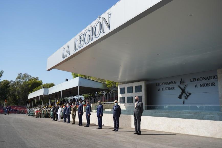 Amplia presencia de autoridades civiles y militares y presencia de público en las gradas.