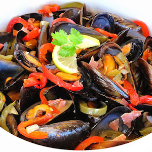 Mussels with Ham, Peppers and White Wine