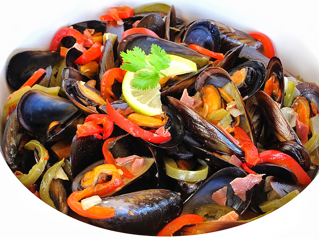 Mussels with Ham, Peppers and White Wine Recipe