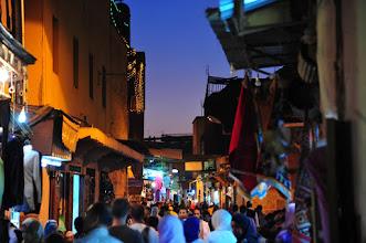 Photo: MARRAKECH - A 21h il y a toujours autant de monde dans les rues, mais il est vrai qu'on est dimanche et que toutes les boutiques étant ouvertes, cette belle soirée est propice au shopping.