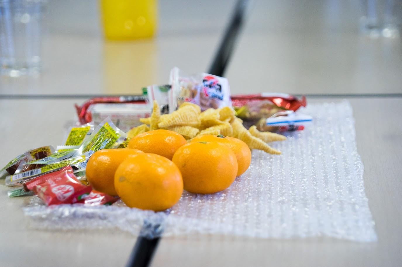 テーブルを飾るミカン・乾き物