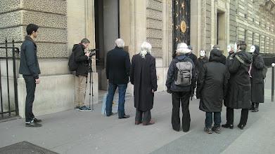 Photo: ... et en reportage ! Un film qui leur sera demandé par la sécurité du Ministère mais qu'ils réussiront à garder après négociation...