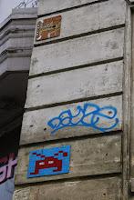 Photo: Street art - Oré (en haut) - Space invaders (en dessous) - Paris IVe- Place de la Bastille