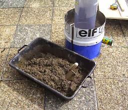 Photo: Le mortier réfractaire est fait avec 1Kg de Vermex, 6 Kg de ciment fondu et 5 litres d'eau. Mélanger à sec, puis mouiller avec l'eau; bien mélanger le tout.