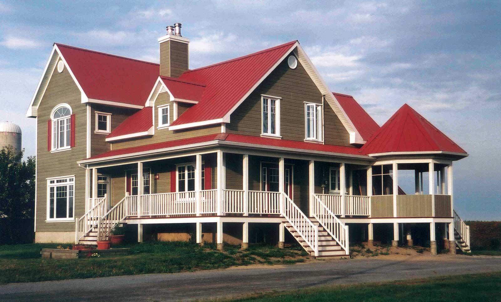Nhà 2 tầng phong cách châu Âu với mái tôn đỏ đậm