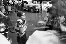 koukleumende jongen op straat voor etalage met trouwfoto