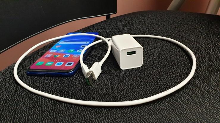 Kabel dan kepala charger berteknologi VOOC Flash Charge (Foto: Bambang - Gizmologi)