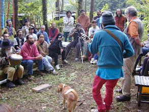 Photo: 2000年10月 ゲイリー・スナイダー来日ツアー(by Kuma)ナナオがジャンベをたたいてます
