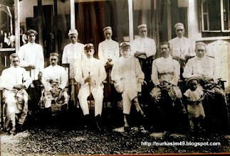 Photo: Duduk di depan (dari kiri) : I-Tjoneng Karaeng Mandjalling, I-Mappanjukki, H. Van der Wall (Controller), Assisten Controller, I-Mangimangi, Karaeng Barangmamase, Bakeng (anak pelihara Karaeng Barangmamase) Berdiri di belakang (dari kiri) : Karaeng Lembang Parang, Kadi Gowa, Karaeng Popo, Karaeng Lengkese, Karaeng Katapang (Karuwisi). Tempat di depan Kantor Onderafdeeling Gowa, Sungguminasa. (Foto tahun 1924). Koleksi pribadi. http://nurkasim49.blogspot.ie/2011/12/iii.html