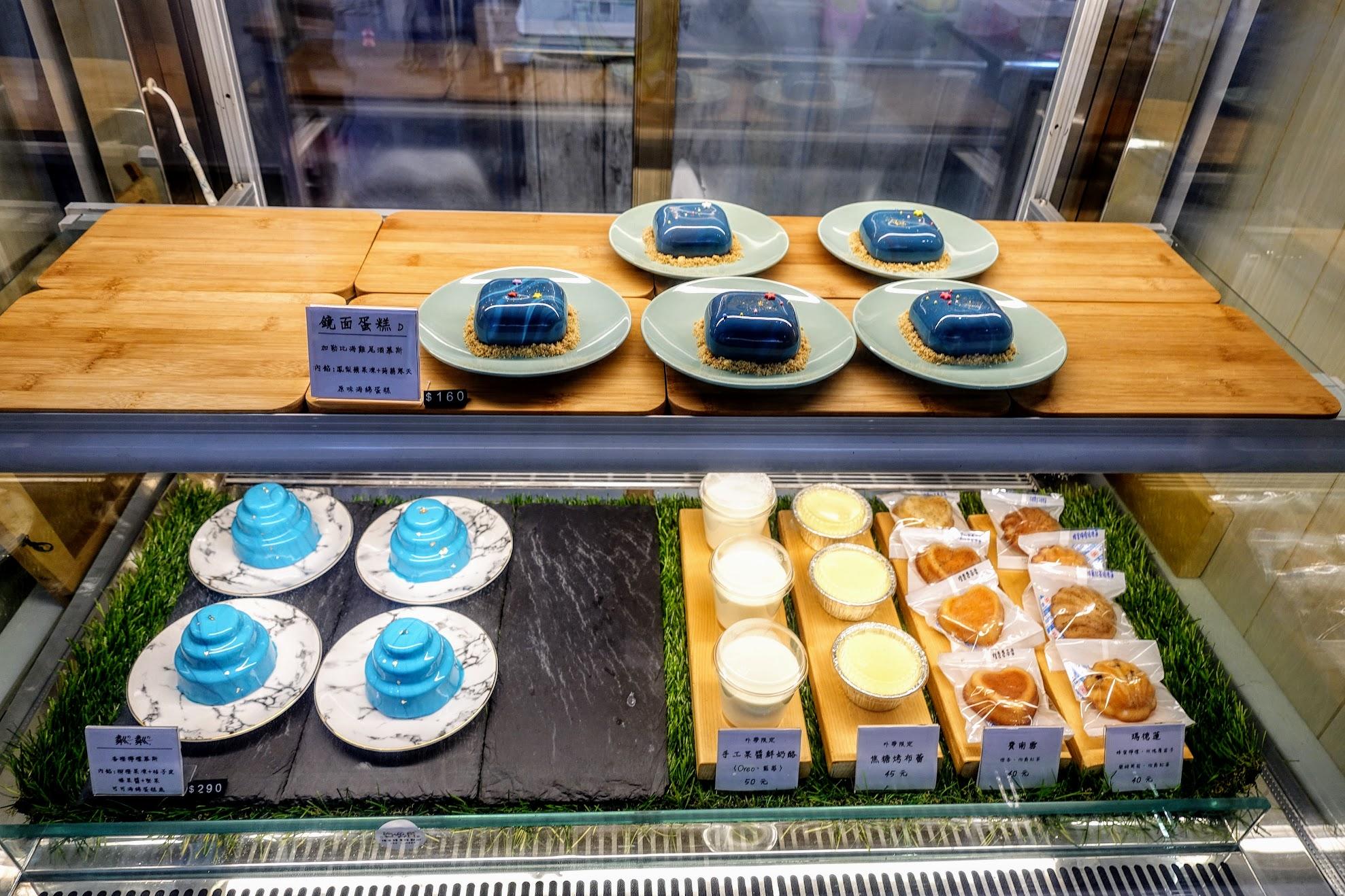 蛋糕,這邊的蛋糕是看店家有做什麼自行選擇,如果想到特別的需預訂喔! 像是母親節蛋糕那種...