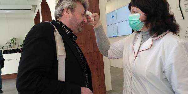 У будівлі Київради вимірюють температуру всім відвідувачам