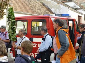 Photo: Erich Hangel hat diesmal den Transport mit einem Feuerwehrauto organisiert. An allen Stationen sind dank ihm für die Müden der Müden Bankerl aufgestellt.