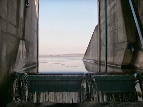 Photo: wpływa, choć jezioro zamarznięte