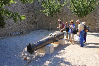 Photo: Devant le fort, L'Inconnu, canon classique français fondu à Strasbourg en 1715.