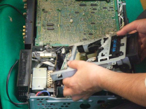 故障したSONY「EV-S900」。とりあえず入ったままのカセットを回収。出せないばかりか再生・巻き戻し・早送り、すべて動作しなかった。そのほかにもいろいろいろいろとイカレていて、仮に部品がまだあったとしても、もう、あきまへん。
