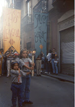 Photo: Correllengua a València. Any 1995. Porten la Flama Pau i Mireia Pardiñas.