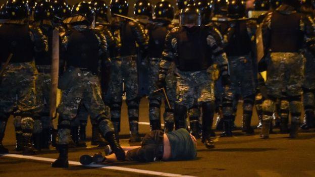 белорусский ОМОН и лежащий демонстрант