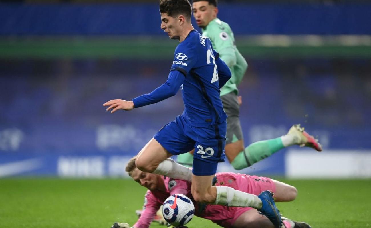Alt: Everton keeper Jordan Pickford brings down Chelsea forward Kai Havertz - Photo by MIKE HEWITT/POOL/AFP via Getty Images