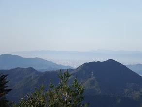 岐阜市街地、奥に多度山地や鈴鹿山脈