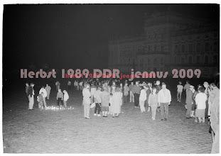 Photo: Am 4. November 1989 in Ludwigslust. Ab 16.30 Uhr kommen wieder viele Menschen in die Stadtkirche und anschließend versammeln sich bis zu 7000 Menschen der kleinen Stadt auf dem Schloßplatz zur Demo durch die Stadt. Viele tragen Kerzen mit sich. Sie werden zum Teil auf dem Schloßplatz und vor der SED-Kreisleitung abgestellt.