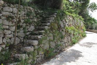 Photo: Muro di contenimento a secco antico con scala in pietra originale per l'accesso al fondo a monte