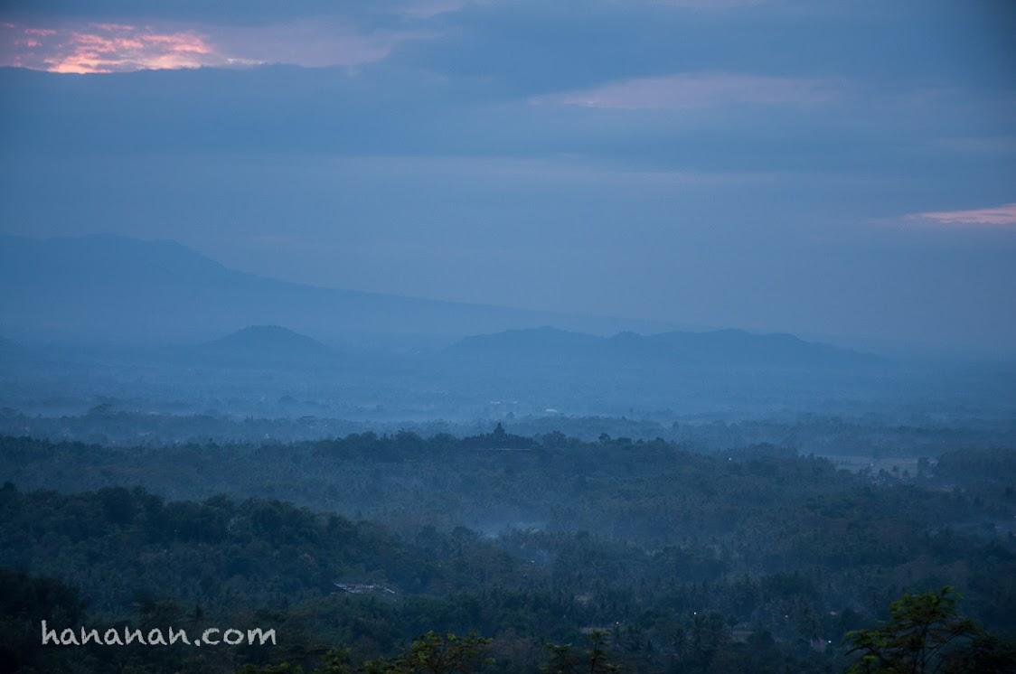 Candi Borobudur dilihat dari Punthuk Setumbu pada pukul 6 pagi.