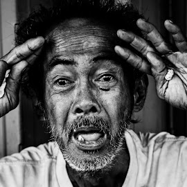 I salute you by Marc Anderson - Black & White Portraits & People ( homeless, street life, manila, street photography, street scenes )